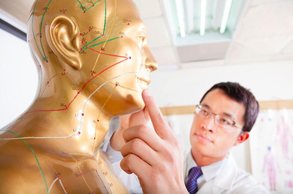 「ツボ」とは、東洋医学の治療法である鍼やお灸、按摩の際に刺激するところで、生命活動のエネルギー「気」という概念と「血」の通り道である経絡(けいらく)上にある反応点です。