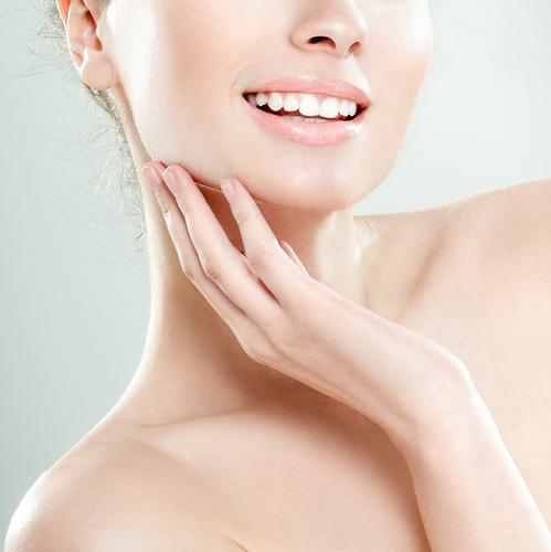 首とデコルテの露出に自信!美容家も実践のケアと簡単エクサ