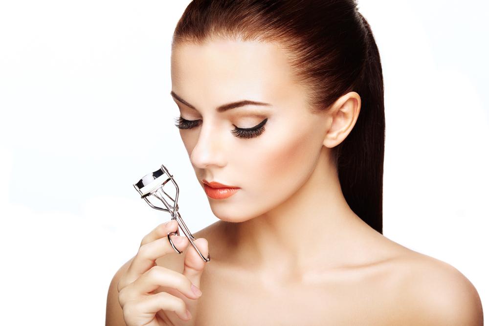 まつ毛ダメージは「目元老け」の要因!?効果的な美容液の使い方