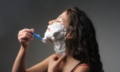 「顔の産毛」剃るとシワやたるみの要因に?注意したいこと6つ
