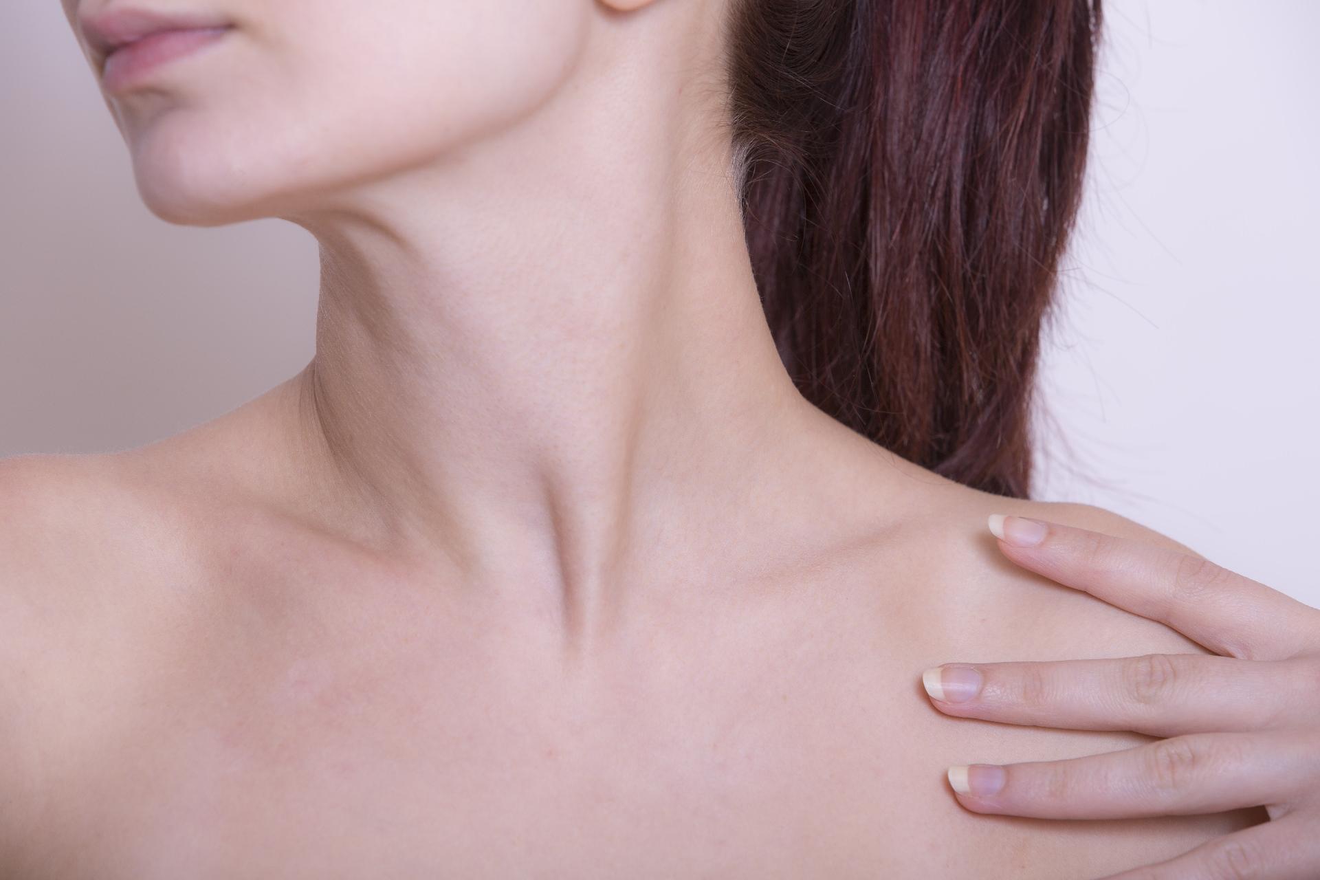 「肩・首こり」がほうれい線の原因に!?解消アイテム&ツボ