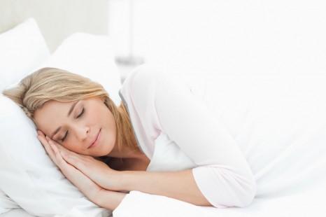 モデルが実践!寝ながら「首・ワキ・ヒップ」のエイジング対策