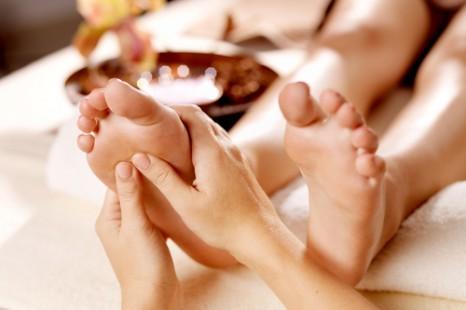 「手足が熱くて眠れない…」原因は内臓冷え!?寝たままカンタン解消法