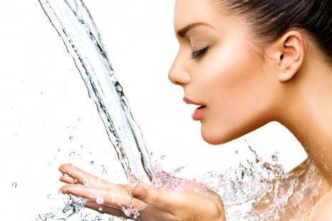 眠る前後がポイント!女性は憶えるべき「むくみ対策」水の飲み方