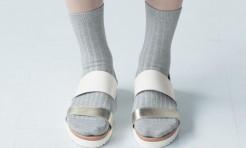 30代・40代「靴下+サンダルorパンプス」のコーデ術