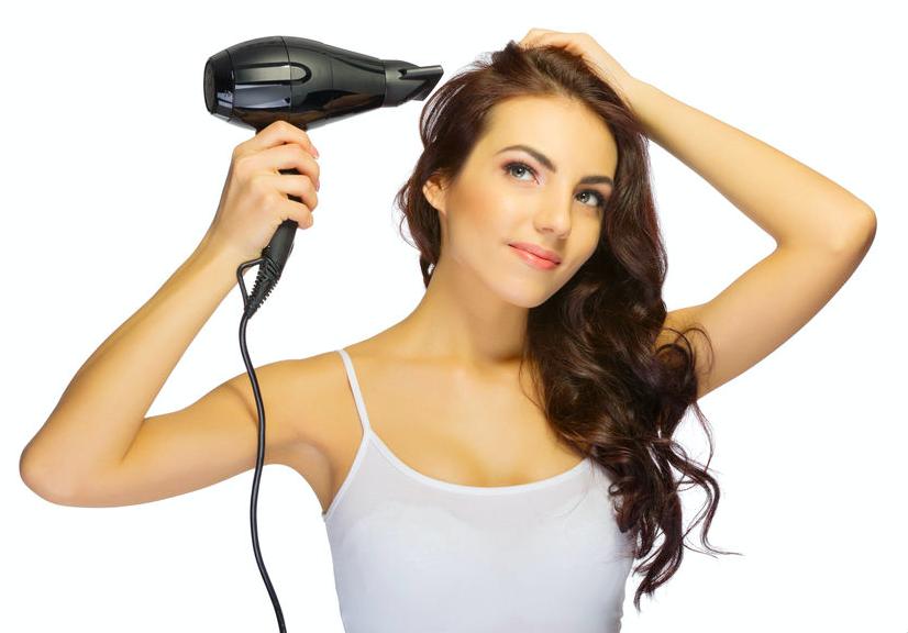 ダメージ防いでツヤ髪に!美容家が教えるドライヤーの使い方