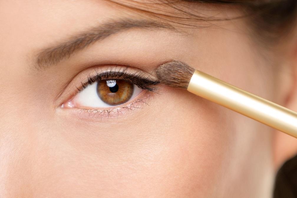 15892721 - eye makeup woman applying eyeshadow powder