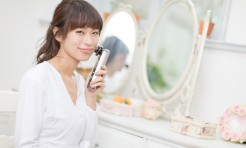 美容家の岡本静香さんが注目の美顔器を体験!1台で肌悩みに応えてくれる高機能美顔器とは