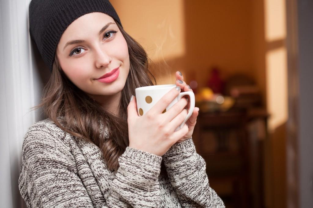 ホットドリンクを飲む女性