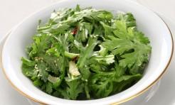 実は生でサラダも◎!苦みのある「春菊」のお鍋以外の食べ方