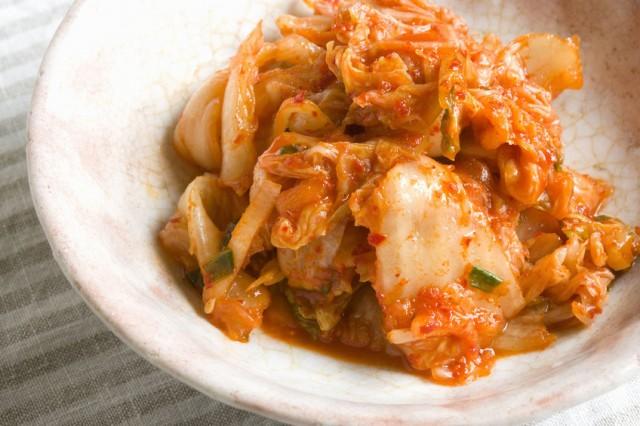 「キムチとお味噌汁!?」と思われるかも知れませんが、発酵食品同士相性のいい組み合わせです。食べやすい大きさに切ったキムチをお味噌汁の仕上げに入れてみましょう。