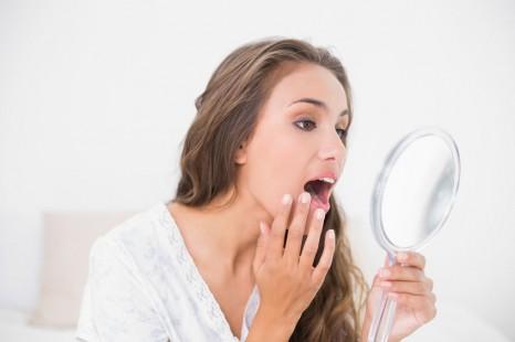 歯科衛生士が教える、ほうれい線をケアする歯肉マッサージ法