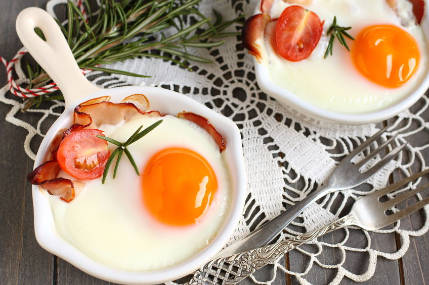 26897302 - fried egg with bacon and tomato in ceramic pan