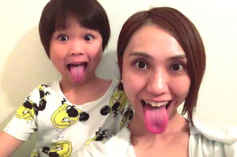 舌を鍛えて口角もアップ!子どもと一緒で楽しい顔ヨガポーズ