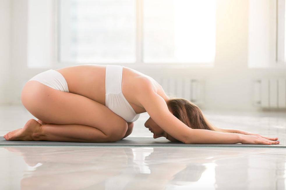 寝る前3分で肩こり・背中の痛みを解消! 背中&肩甲骨ストレッチ3つ