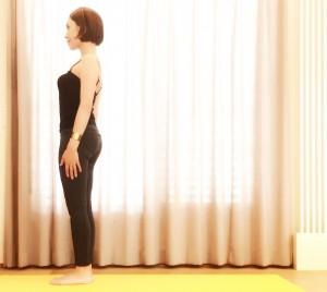 数分で効果◎!バーピーで痩せる究極の代謝アップエクサのご紹介です。まっすぐに立ちます。ヨガやピラティスのマットを使う場合は、マットの前側に立ちます。