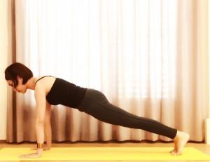 数分で効果◎!バーピーで痩せる究極の代謝アップエクサのご紹介です。ジャンプバックして腕立て伏せ(プランク)の体勢へ。
