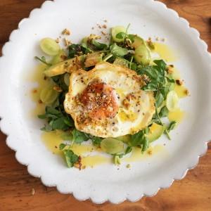 休日ブランチにおすすめしたいのがオシャレなサラダプレート。普段不足しがちな野菜をたくさんとることができますよ。