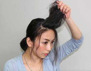 前髪全体にクセがついた状態で、生え際からひし形に毛束を取ります。
