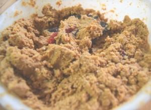 ボールにいりぬかを入れて、2の塩水を少しずつ入れて混ぜ合わせる。昆布、赤唐辛子も混ぜる。
