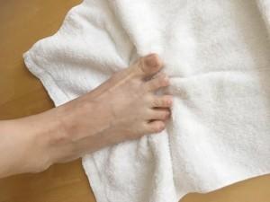 タオルを準備して、床に広げます。タオルの上に足を置きます。