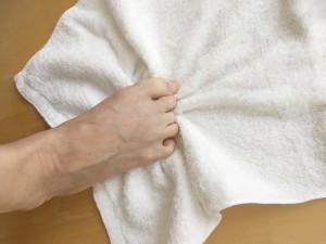 しっかりと足の指を曲げ、ギャザーを寄せるようにタオルをつかみます。