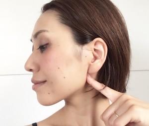 線美のツボ押しです。耳の下、下顎の骨の角の後ろです。ここはしっかり押しましょう。