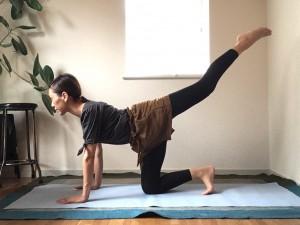 四つん這いの姿勢からスタート。肩の真下に手のひら、骨盤の真下に膝が来るようにしましょう。
