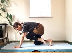 コントロールしながら吐く息で膝と肘を近づけ、吸う息で2の体勢に戻りましょう。これも左右10回ほど。