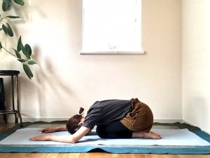 エクササイズが終わったら、足の甲を寝かせてお尻をかかとの上に。腕は前方に楽に伸ばし、おでこを床に預けて、優しい呼吸で休みます。