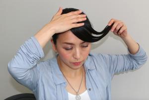いかなる場面でも、清楚で好印象な「ななめ前髪」。三角に取った毛束の角を写真の様に斜めに分け、後ろの毛束に入れ込みます。 残りの毛束を整えて、好みの位置に調整しながら、サイドでピンを使い固定します。