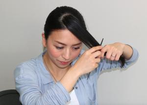 いかなる場面でも、清楚で好印象な「ななめ前髪」。三角に取った毛束の角を写真のように斜めに分け、後ろの毛束に入れ込みます。 残りの毛束を整えて、好みの位置に調整しながら、サイドでピンを使い固定します。