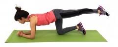 左足を腰の高さに引き上げ、まっすぐ後ろに伸ばします。
