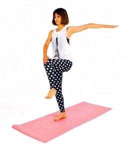 立った姿勢から、左ひざを腰の高さに引き上げ、右手は膝に手を置き、左手は肩の高さに伸ばします。
