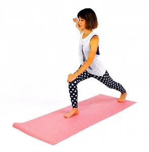右膝が90度曲がる位置まで左足を大きく後ろに下げます。左手は右膝の上に置き、右手を肩の高さに伸ばし3呼吸。