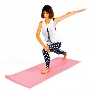 左膝が90度曲がる位置まで右足を大きく後ろに下げます。右手は左膝の上に置き、左手を肩の高さに伸ばし3呼吸。