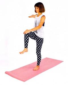 右膝を腰の高さに引き上げ、左手は右膝に手を置き、右手は肩の高さに伸ばして、3呼吸。
