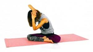 大きく息を吸いながら、一度体を正面に戻し、息を吐きながら目線を右膝へ向け、左腰を伸ばします。