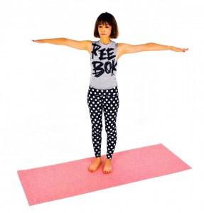 両手を肩の高さに伸ばします。胸の真ん中から両指先を伸ばすイメージで、肩に力が入り過ぎないように注意してください。