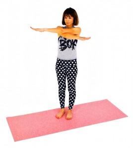 息を吐きながら、左腕を右腕の上にクロス。左右交互に呼吸に合わせ、ゆっくり8×2セットを目安に動作を繰り返しましょう。