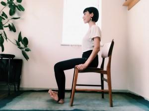 椅子に座り、体重をかかとへ。