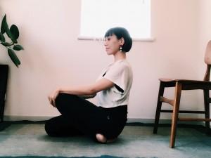 正座で座り、片方ずつ膝を持ち上げます。前脛骨筋がしっかり伸びているのを感じて数呼吸。終わったら反対の足も同様に行いましょう。