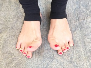 足裏を地面に付けたまま、親指だけを上げます。