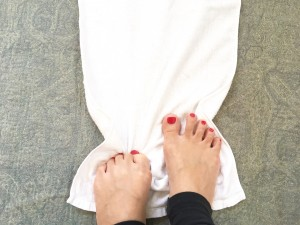 椅子に座り、足の前にタオルを敷きます。そのタオルを指で引き寄せる筋トレです。