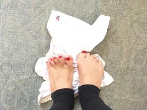 足指でタオルを掴み、少しずつたぐり寄せましょう。