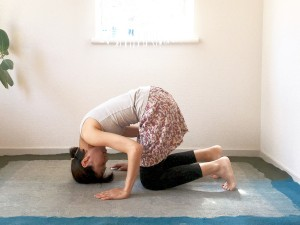 四つんばいになり、膝は骨盤幅。足の指は立てましょう。手と手の間の床に頭頂を下ろし、手でしっかり床を支えた状態で、頭を転がしてマッサージします。