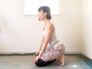 四つんばいから、かかとの上にお尻をのせて座ります。指を広げて膝を押し、目線を上へ。鼻から息を吸って、舌を出し口から思い切り息を吐きます。3回ほど吐きましょう