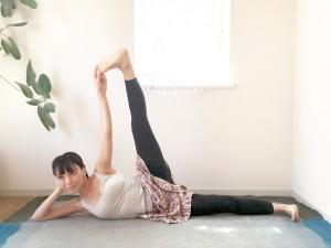身体が倒れないようにバランスをとりながら、左膝を伸ばしていきます。