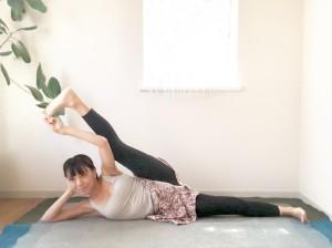 さらに足を頭方向に引き寄せて、深い呼吸を5呼吸程します