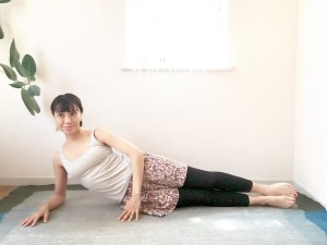 最初は膝を曲げておきます。肩の真下に肘をついたら膝と足先を伸ばし、お尻を引き締めます。(出っ尻にならないよう気を付けましょう)